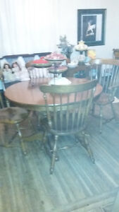 BEAUTIFUL SOLID MAPLE DINING SET