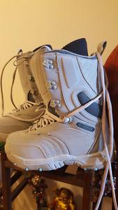 SIZE 6 WOMEN SNOWBOARD BOOTS 30$