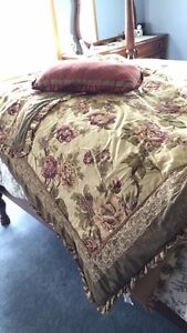 Full/queen comforter set with two shams and cushion