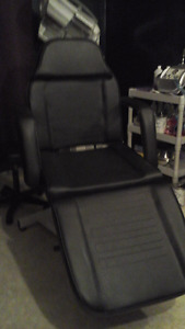 Black hydraulic bed/chair in very good condition