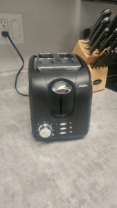 2 slice toaster. Very Lightly Used. With Bagel Setting