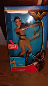 NEW IN BOX BOW-WIELDING WONDER WOMAN WORKING BOW WITH 3 ARROWS