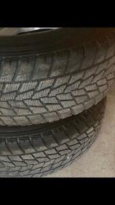 2 pneus d'hiver toyo 235/65r17 excellent état