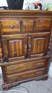 Great condition Queen bedroom set a few scratches