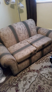 Very nice couch in good condtion for sale