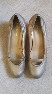 Mr. Seymour Gold Dress shoe.  Size 8 M