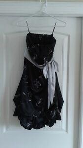 Robe noire gr: 8-10 avec fleurs brodés Chateau