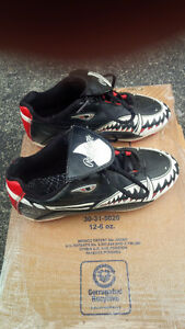 Rawling Soccer shoes - Boys US Size 1