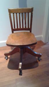 Chaise en bois sur roulettes