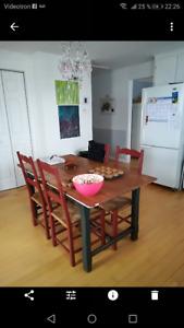 Table en bois et 4 chaises