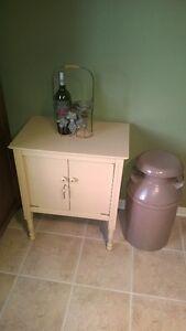 Petit cabinet antique.