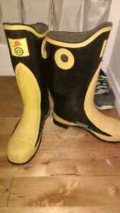 Mens size 12 steal toe rubber boots