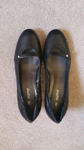 Mr. Seymour black leather shoe. Size 8 M