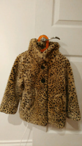 girls size 5 faux fur coat in new condition