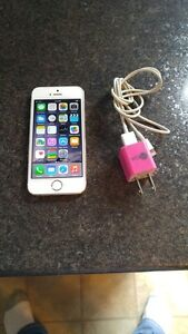 (ROGERS) 16GB APPLE IPHONE 5S GOLD INCLUDES CHARGER