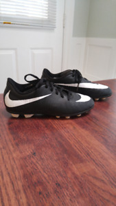 Nike Soccer Cleats Sz Youth 2 & Shinguards Excellent Condition