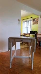Drop-leaf white table/ Table à abattants blanche
