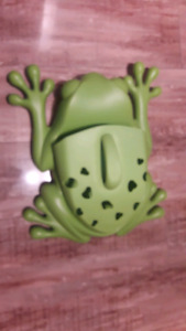 Frog pod bath toy scoop