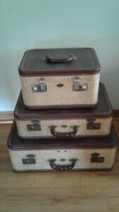 plusieurs valises vintage..BROCANTE FLEUR DE LYS