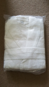 100% cotton Terry bath robe in white, never used, packaged