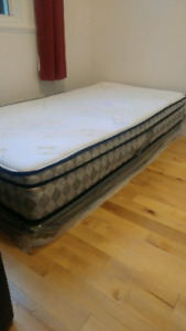 Single bed with frame and table/matelas d une place et  table