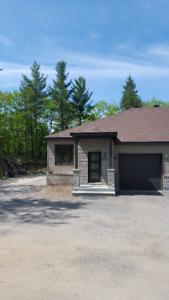 A VOIR! Superbe bungalow jumelé avec garage chauffé