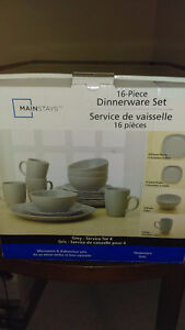2 boxes of 16 piece dinerware