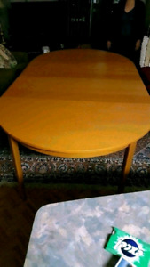Oval/Round dining table with 2 leafs
