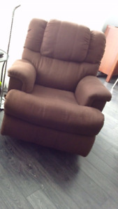 divan inclinable triple et fauteuil bercant inclinable