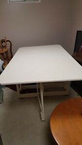 Foldable sewing craft quilting table