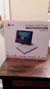 Lecteur DVD Portatif et 17 films-Portable DVD Player & 17 movies