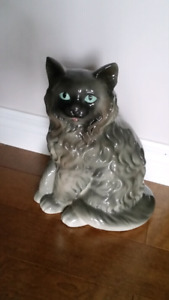 Porcelain or ceramic cat figure (Delivery for senior nearby)