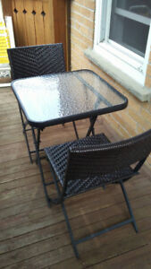 Table et deux chaises extérieures/Outdoor table with two chairs