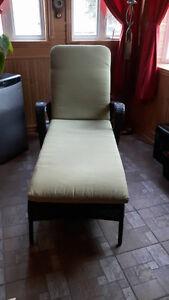 Chaise longue en rotin synthétique avec coussin
