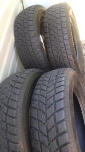 4 excellents pneus d'hivers 205 70 15 impeccable état neuf