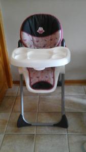 chaise haute  pour Bébé (COMME NEUF)