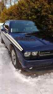 2013 Dodge Challenger sxt plus Coupe (2 door)