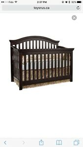 Baby crib with bumpers and mattress