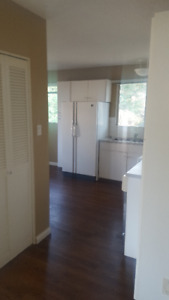 MAIN FLOOR RENTAL - 4 BLOCKS FROM UNIVERSITY