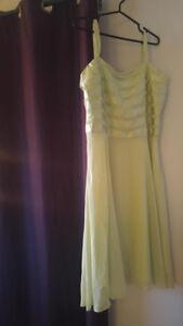 Robe vert lime avec jupon grandeur 16 NÉGO