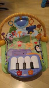 Portique de jeu: Kick and Play Piano Gym de Fisher Price
