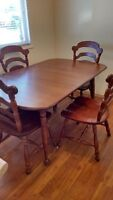 Solid  maple dining table w/2 leafs and 6 chairs.