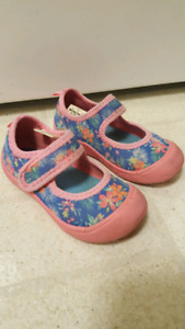 Carter's girls size 8T water shoes