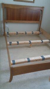 Set de chambre en bois.