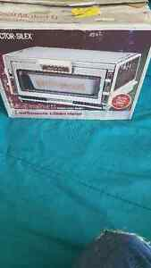 PROCTOR-SILEX toaster oven/broiler/ slow cooker dish included
