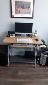 Ordinateur et petit bureau d'ordinateur