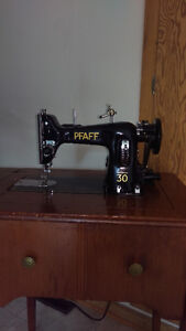 Antique machine a coudre pfaff. Avec meuble. Electrique