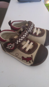 NEW Boys Robeez Running Shoes size 3