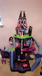 Monster High Catacombs Playset!(includes 3 dolls)