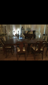 DINING ROOM TABLE & 6 CHAIRS QUEEN ANNE MINT CONDITION